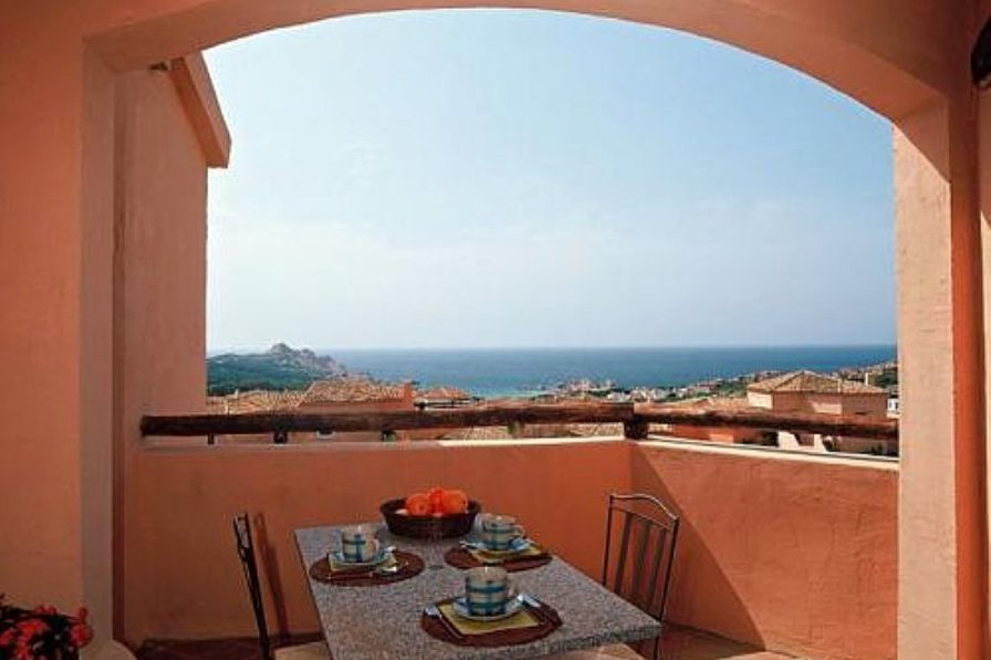 Comfortable self-catering apartment with large terrace and direct sea views