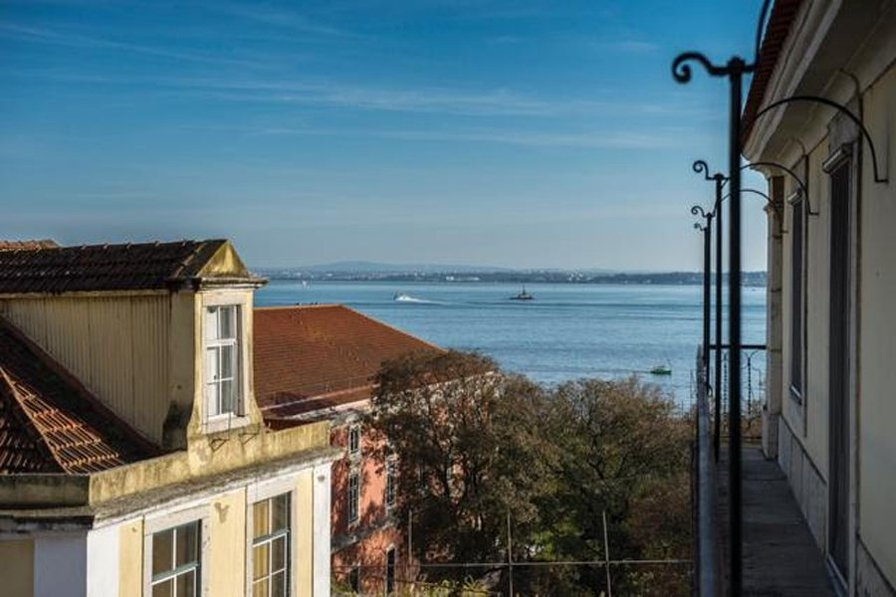Elegant, three-bedroom city apartment in Lisbon