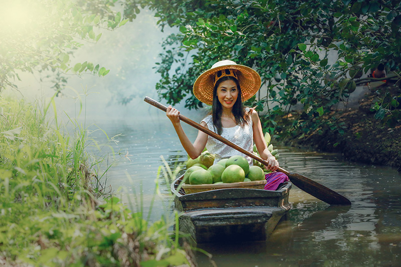 Damneon Saduk floating market