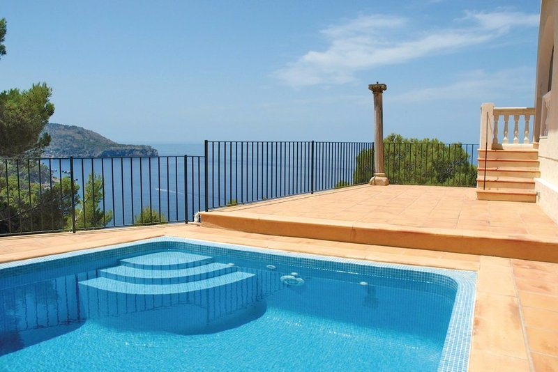 Four bedroom villa in Sóller with own pool. Panoramic sea views!