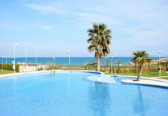 Apartment in Playa Romana-Carregador, Spain: Pool to beach