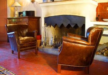 Village House in France, Flayosc: Fireplace in living room