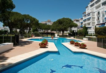 Apartment in Puerto Banús, Spain: Swimming pool showing childrens' section