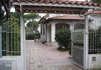 Villa in Baia Domizia (Cellole), Italy: View from the entrance gate