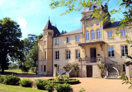 Chateau in Varennes-Vauzelles, France