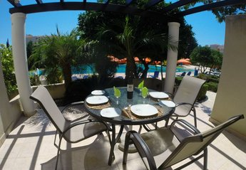 Villa in Cyprus, Kato Paphos: Dining on Terrace with Panoramic View of Infinity Pool