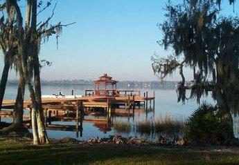 Villa in Lake Marion, Florida: Lakeside pier, picnic and BBQ area