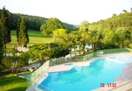 Apartment in R Grasse, the South of France: Swimming pool with view of golf course