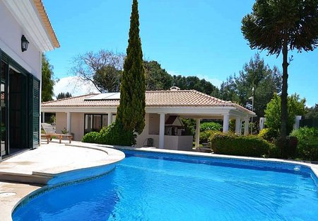 Villa in Quinta da Marinha, Lisbon Metropolitan Area: Swimming pool & terrace between the villa & ..